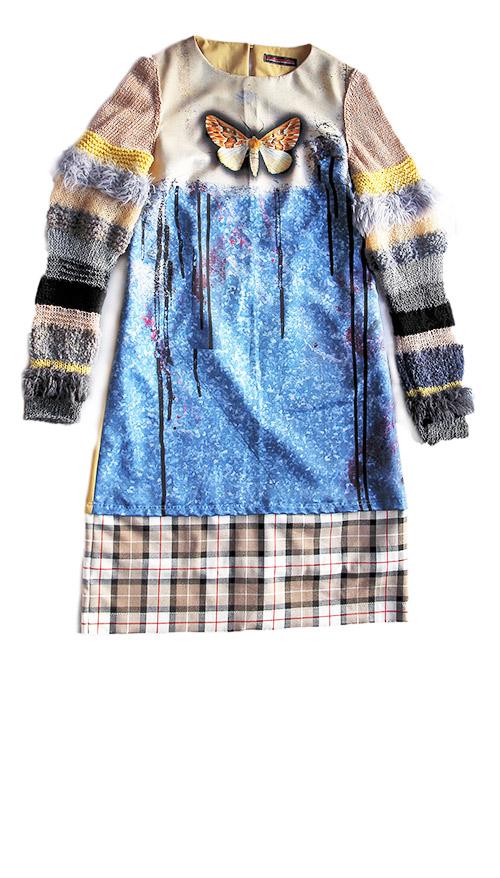 A-Linien Kleid mit farbigem Print und gestrickten Ärmeln. Mode Design.