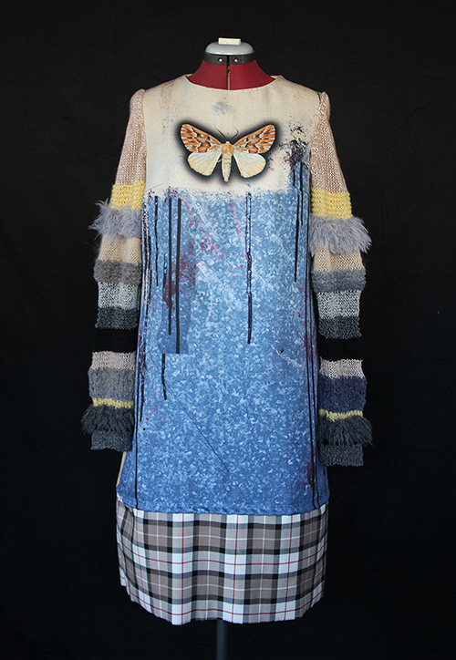 Winterkleid 9 mit Print Und gestrickten Ärmeln auf dem schwarzem Hintergrund