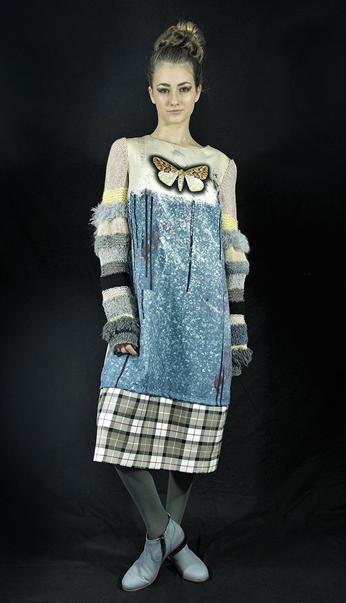 Winterkleid 9 mit Print Und gestrickten Ärmeln auf dem schwarzem Hintergrund mit Modell