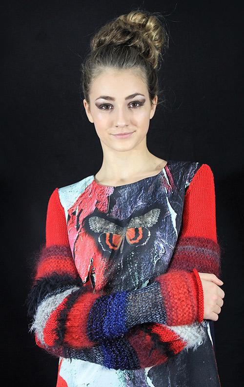 Winterkleid 3 mit Print Und gestrickten Ärmeln auf dem schwarzem Hintergrund mit Modell
