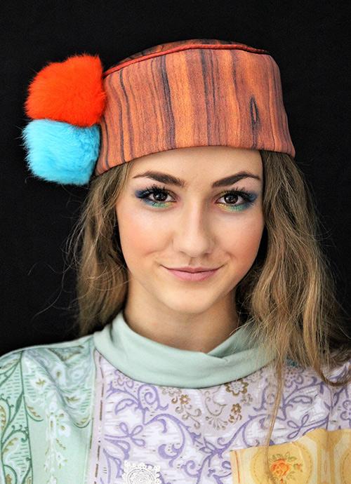 Holzkappe mit Bommeln in orang und türkis mit Modell
