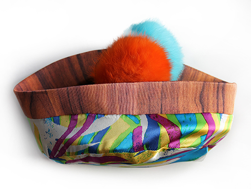 Holzkappe mit Bommeln in orang und türkis mit Futterstoff