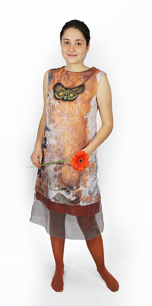 Ärmelloses Kleid mit Schmetterling Motiv mit Modell
