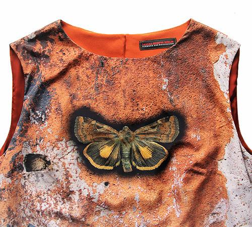 Ärmelloses Kleid mit Schmetterling Motiv. Ausschnitt