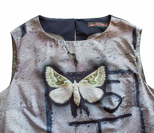 EIn Ärmelloses Kleid mit Schmetterling Motiv