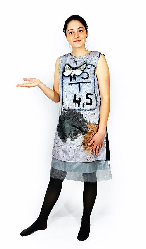 EIn Ärmelloses Kleid mit Schmetterling Motiv und Modell
