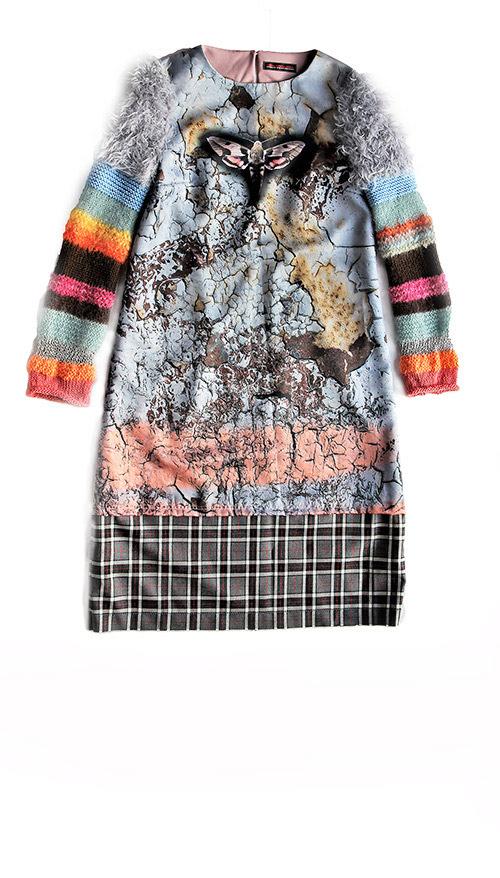 Winterkleid mit gestrikten Ärmeln und schmetterlingmotiv in blau-rosa. Produktbild Produktbild.