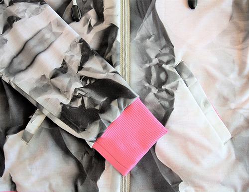 Leichte Kapuzenjacke mit seitentaschen und Reißverschluss. Bündchen Ärmeln