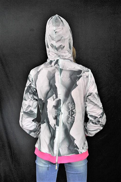 Leichte Kapuzenjacke mit seitentaschen und Reißverschluss. Jacke mit 3D Effekt.