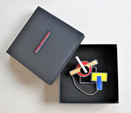 Bauhaus Brosche mit Verpackung
