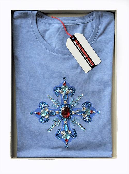 Designershirt in blau mit einem Kreuz verpackt